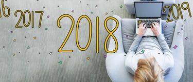 2018 mit dem Mann, der einen Laptop verwendet Lizenzfreie Stockfotos