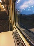 Mit dem Zug an einem regnerischen Abend des Herbstes nach Hause fahren Stockbilder