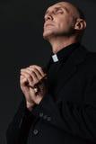 Mit den Augen stehender und betender Priester geschlossen lizenzfreies stockbild