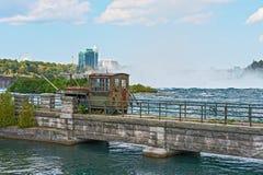 Mit der Eisenbahn beförderter Kran an der Niagara-Fluss-Brücke Lizenzfreie Stockbilder