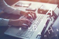 Mit der Laptopfrau zu Hause arbeiten, die ein Blog schreibt Stockfotos