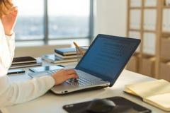Mit der Laptopfrau zu Hause arbeiten, die ein Blog schreibt Weibliche Hände auf der Tastatur Stockbilder