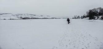 Mit der Schaufel auf dem Schnee stockfotografie