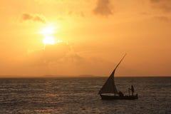 Mit der Schleppangel fischen mit Segelboot Lizenzfreie Stockfotografie