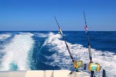 Mit der Schleppangel fischene Fischerbootgestängesalzwasserbandspulen Stockfotos
