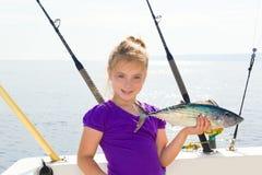 Mit der Schleppangel fischenes Meer des blonden Mädchenfischenblaufisch Sarda-Thunfischs Stockbilder