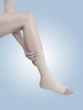 Mit einem Band versehener Knöchel mit dem elastischen Netzkabel auf weißem Hintergrund. lizenzfreie stockfotos