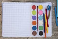 Mit einem Band versehenes Notizbuch auf einem Holztisch mit copyspace und Stiften Stockbild