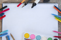 Mit einem Band versehenes Notizbuch auf einem Holztisch mit copyspace und Stiften Stockfotografie