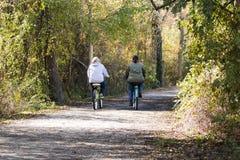 Mit einem Freund im Wald radfahren stockfoto