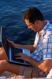 Mit einem Laptop Lizenzfreies Stockbild