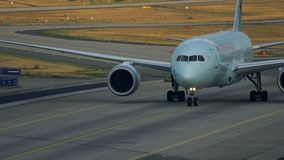 Mit einem Taxi fahren Air Canadas Boeing 787 Dreamliner stock video footage
