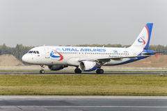 Mit einem Taxi fahren Airbusses A320 Ural Airlines Stockfotografie