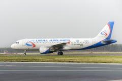 Mit einem Taxi fahren Airbusses A320 Ural Airlines Stockfoto