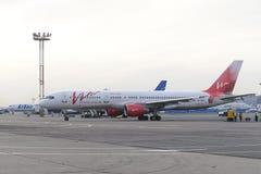 Mit einem Taxi fahren Airbusses A320 Ural Airlines Lizenzfreies Stockfoto