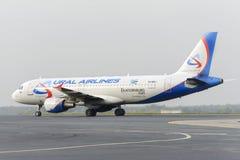 Mit einem Taxi fahren Airbusses A320 Ural Airlines Stockbild