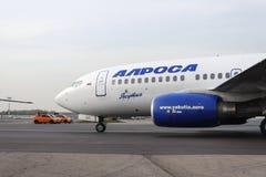 Mit einem Taxi fahren Alrosa-Fluglinien Boeing-737 Lizenzfreie Stockfotografie