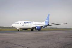 Mit einem Taxi fahren Alrosa-Fluglinien Boeing-737 Stockfotos