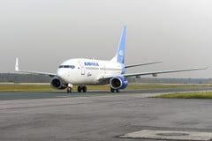 Mit einem Taxi fahren Alrosa-Fluglinien Boeing-737 Stockbild