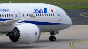 Mit einem Taxi fahren ANA Boeings 787 Dreamliner stock video footage