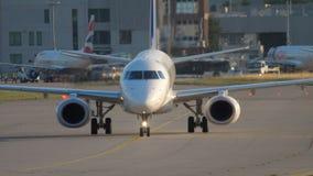 Mit einem Taxi fahren Embraers ERJ-190 stock footage
