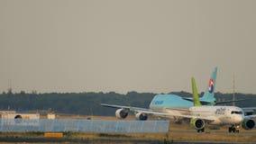 Mit einem Taxi fahren Luft-baltisches Airbusses A220-300 stock video