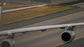 Mit einem Taxi fahren Lufthansas Airbus A340 stock footage