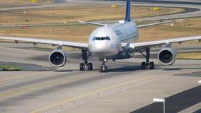 Mit einem Taxi fahren Lufthansas Airbus A330 stock footage