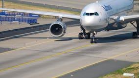 Mit einem Taxi fahren Lufthansas Airbus A330 stock video