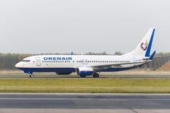 Mit einem Taxi fahren Orenair-Fluglinien Boeing-737 Lizenzfreies Stockbild