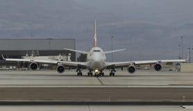 747 mit einem Taxi fahrend Lizenzfreies Stockbild