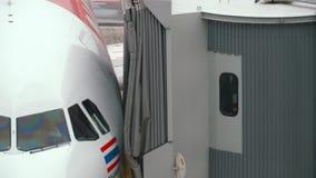 Mit einem Taxi fahrende Enden des Flugzeuges, schließen jetbridge an stock video footage