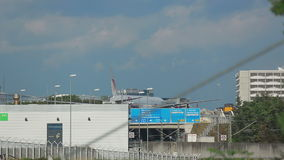 Mit einem Taxi fahrendes Boeing 777 stock footage