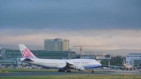 Mit einem Taxi fahrendes Boeing 747 stock video footage