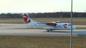 Mit einem Taxi fahrendes Flugzeug der tschechischen Fluglinie CSA stock footage