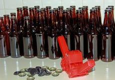 Mit einer Kappe bedeckendes Werkzeug und Flaschen der Flasche lizenzfreie stockbilder