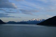 Mit einer Kappe bedeckte Berge Sceanic Weiß in Alaska Stockbilder