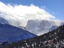 Mit einer Kappe bedeckte Spitzen Rocky Mountainss Schnee über dem Treeline Stockbilder