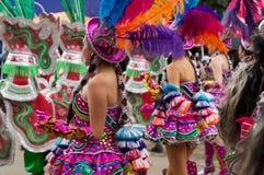 Mit Federn versehenes cholita während der Parade im bolivianischen Karneval Lizenzfreie Stockfotos