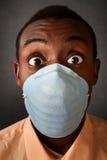 Mit großen Augen Mann in der chirurgischen Schablone Lizenzfreies Stockfoto