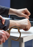 Mit Handschellen fesseln eines Hackers stockfotografie