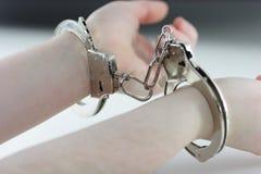 Mit Handschellen gefesselt
