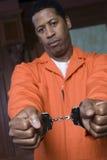 Mit Handschellen gefesselter Verbrecher Stockbild