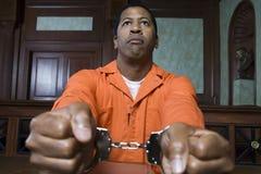 Mit Handschellen gefesselter Verbrecher vor Gericht Stockfotografie