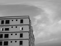 MIT HIMMEL-HINTERGRUND IM BAU ERRICHTEN Lizenzfreies Stockbild