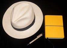 Mit Hut und gelbem Reisetagebuch Lizenzfreie Stockfotos