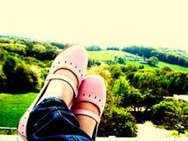 Mit Ihren Füßen in der Luft Stockbild