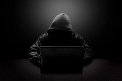 Mit Kapuze Computerhacker, der Informationen stiehlt Lizenzfreie Stockfotos