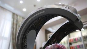 Mit Kapuze Haartrockner, der auf Rädern steht Salonausrüstung Infrarot-Klimamon stock footage