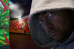Mit Kapuze Mann in den Graffiti verzierte Untergrundbahn stockbild